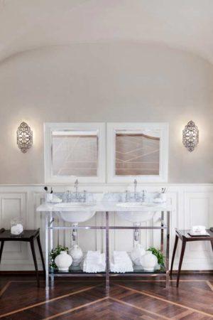 imagen de la consola celine de gentry home en un baño clasico